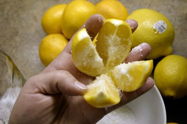 Картинки по запросу Разрежьте 1 лимон на 4 части, посыпьте солью